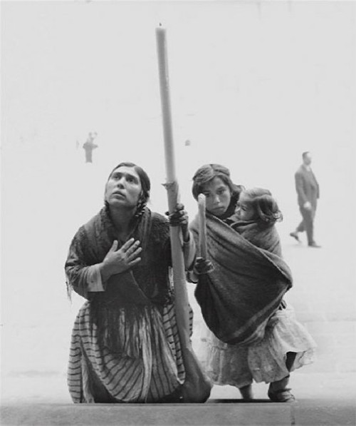 Begging at cathedral steps 1963 Eugeni Forcano exhibition